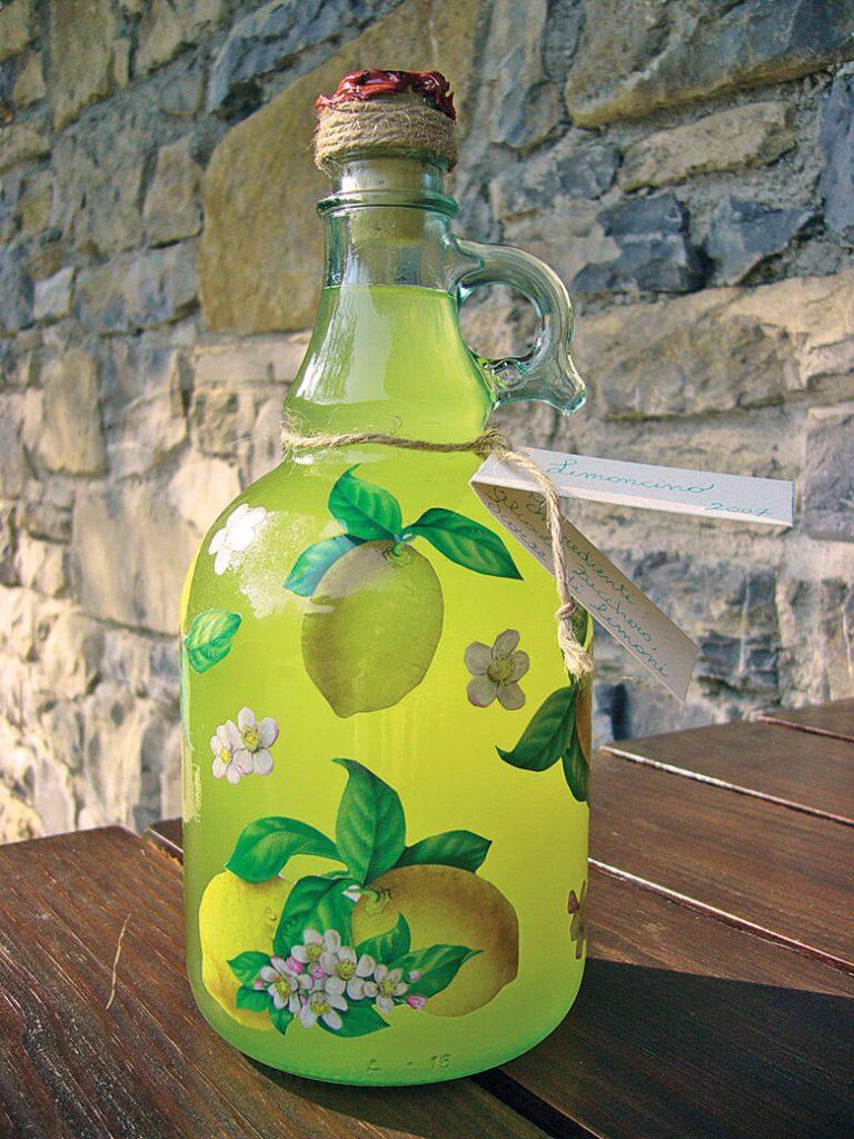 Bottiglia di Limoncino decorata con la tecnica del decoupage